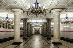 São Petersburgo, Rússia  Assim como em Dubai, as estações de metrô da Rússia não deixam de ser luxuosas. A estação Avtovo é divina, com suas...