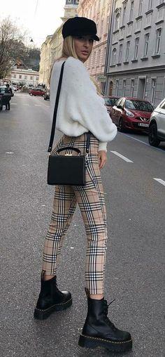 Se você faz a linha modernex das tendências, a dica é apostar na calça xadrez de cintura alta com uma boina e coturnos para combinar com o tricot.  it-girl - tricot-calça-xadrez-coturno - tricot - inverno - street style
