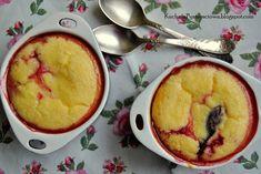 Zapiekana cynamonowa kasza manna z truskawkami i śliwkami, jako odchudzona wersja deseru lub śniadania