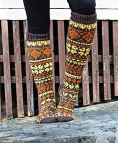Kirjoneulesukat – katso ohje | Meillä kotona Fair Isle Knitting, Knitting Socks, Red Green Yellow, Wool Socks, Designer Socks, Leg Warmers, Mittens, Knit Crochet, Knitting Patterns