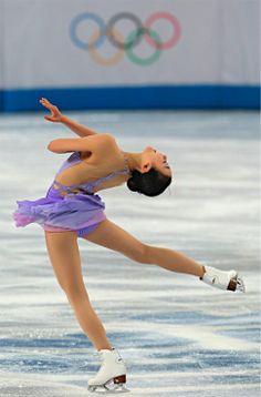 〔五輪・フィギュア〕フィギュアスケート女子SPで演技する浅田真央=19日、ロシア・ソチ【時事通信社】
