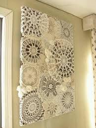 muurdecoratie gehaakte kleedjes op een doek geplakt