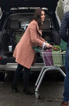 Kate Middleton Went Grocery Shopping in an Old Pink Coat — Yep, We'll Just Leave That Out There Kate Middleton Family, Kate Middleton Stil, Kate Middleton Prince William, Prince William And Kate, Princess Katherine, Princess Kate, Royal Fashion, Casual, How To Wear