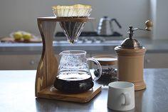 円すいの形をしたコーヒードリッパーをカフェで見かけたことはありませんか?それは、「HARIO(ハリオ)」のV60というシリーズのアイテムかもしれません。ハリオは、日本の耐熱ガラスメーカーが手がけるコーヒー器具のブランド。プロの愛用者も多いハリオの魅力に迫ってみました!ご自宅で本格的な味を楽しめるコーヒー器具をご紹介します。 Coffee Dripper, V60 Coffee, Coffee Shop, Coffee Maker, Coffee Stands, Tea Time, Cooking, Kitchen, Food