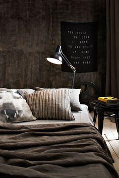 Sängen är bäddad med linneörngott Rem, 985 kr/2-pack, Society/NK Inredning, kanvaskudde med kattmotiv, 1 700 kr, Duofotografi.se, randigt örngott Nap riga i nylon, 1 700 kr/2-pack, och påslakan Rem i linne, 220x220 cm, 3 420 kr, båda Society/NK Inredning. I bakgrunden sidengardin, 133 x 290 cm, 1 990 kr, Himla, och plåtpall, 649 kr, Ellos, lampa privat.