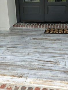 It looks like wood but it's concrete. I personally love this, it probably lasts a lot longer than wood, as it can take more extreme weather conditions! Highlighting wood plank concrete - concrete that looks like wood. Yes, it's concrete! Painted Porch Floors, Painted Front Porches, Porch Paint, Painted Concrete Floors, Porch Flooring, Wood Stamped Concrete, Decorative Concrete, Plywood Floors, Concrete Countertops