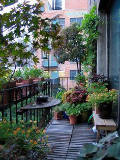 Under vår, sommar och fina höstdagar fungerar den som ett andra hem för många. Här är knepen som sätter guldkant på balkongen.