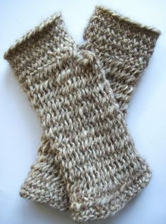 """Leg warmers made from a hand-spun yarn (processed yarn with dog hair and sheep's wool makes the cuffs particularly warm and cuddly). Anne Neumann: """"As stitches I used the Oslo stitch in the variant F1 mid and the York stitch."""""""