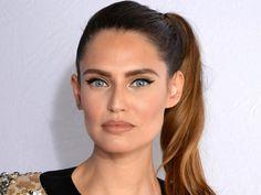 MTV EMA 2015: Bianca Balti con una ponytail laterale alta e un trucco che punta tutto sul cat eye per lo sguardo e lascia le labbra nude: 10 e lode!