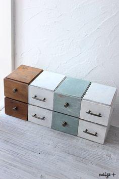 3色に塗って、取っ手も付けると、家具の出来上がり。シャビーな色合いがデスクの上に映えます。