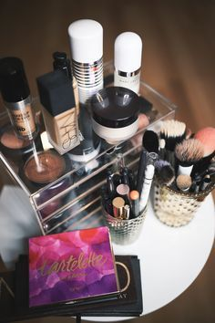 How can you successfully manage your makeup storage area? Storage Area, Storage Hacks, Makeup Storage, Makeup Organization, Diy Nail Polish, Wie Macht Man, Make Up Organiser, Makeup Collection, Makeup Yourself