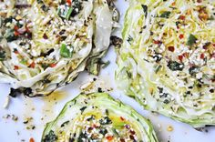 Składniki: 1 główka młodej kapusty 3 ząbki czosnku 1/2 pęczka natki ok. 8łyżek oliwy sól, pieprz majeranek (płaska łyżeczka) płatki chili (szczypta)  Kapustę pokroić na …