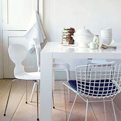 Chaises dépareillées (dont une Bertoia et une fourmi de Fritz Hansen)