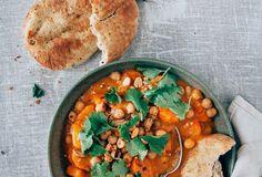One Pot: Rode vegetarische curry met zoete aardappel My Recipes, Vegan Recipes, Dinner Recipes, Vegan Food, Healthy Food, Love Food, Vegetarian, Yummy Food, Lunch