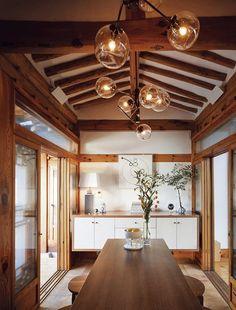 [BY 행복이가득한집] 디자이너 양태오 한옥에 살며 비로소 눈뜬 것들디자이너에게도 팬덤이 필요한 시대.... Natural Modern Interior, Asian Interior, Japanese Interior, Cafe Interior, Room Interior, Interior Design Living Room, Zen House, Interior Design Courses, Paint Colors For Living Room