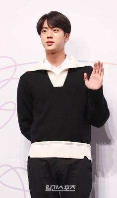 Can Jin get any more handsome? Jimin Jungkook, Bts Jin, Bts Bangtan Boy, Seokjin, Hoseok, Jeon Jeongguk, Bulletproof Boy Scouts, Worldwide Handsome, Singer