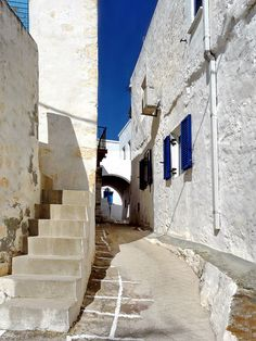 Narrow alleyway in Chorio, Kimolos Island, Cyclades Islands_Greece Planet Earth 2, Us Sailing, Turquoise Water, Travel And Leisure, Greece Travel, Greek Islands, Countries Of The World, Santorini, Day Trips