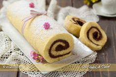 Rotolo crema al mascarpone e cioccolato un dolce semplice e cremoso preparato con pasta biscotto. Una ricetta facile e veloce da preparare che piace a tutti