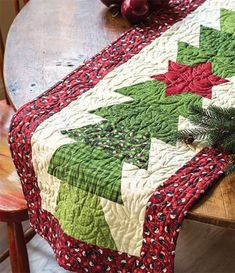 Half Hexy Table Runner - quilted table runner - Quickly Quilting - Christmas Quilt / Table Runner And Placemats, Table Runner Pattern, Christmas Sewing, Christmas Crafts, Christmas Quilting, Christmas Christmas, Christmas Patchwork, Christmas Patterns, Modern Christmas