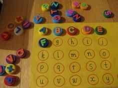 Juego para aprender las letras con tapones reciclados