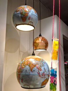 If you have an old vintage globe at home and would like to recylce it, here is a great idea - turn it into a pendant light. Globe Vintage, Table Vintage, Vintage Home Decor, Globe Lamps, Globe Lights, Repurposed Furniture, Diy Furniture, Globe At Home, Globe Pendant Light
