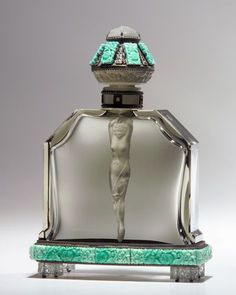 Perfume doesn't make you fitter. A niche perfume is built with plenty of passion. It is one product that is always expensive. Homemade perfume is some. Perfumes Vintage, Antique Perfume Bottles, Vintage Bottles, Art Nouveau, Parfum Mademoiselle, Objets Antiques, Beautiful Perfume, Bottle Art, Bottle Design