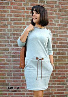 Es ist vollbracht, das Sweatkleid CARLI ist online …. Carli ist ein locker sitzendendes, figurschmeichelndes Kleid, welches vorzugsweise aus Sweat genäht wird. Aber auch mit Sommersweat, Jacquard-Jersey, Strick oder ähnlichem erzielst du hier richtig coole und schicke Ergebnisse. Das Ebook enthält die Einzelgrößen 32-52 und du hast auch hier wieder die Möglichkeit den Schnitt wahlweise…