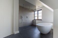 Ook in een natte ruimte als bijvoorbeeld deze badkamer is onze Belgisch Hardsteen Look Keramiek ideaal !
