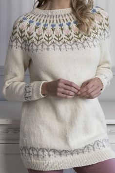 There's something about yoke sweaters that make them irresistible. Also, there's something about flowers in knitting patterns that make them similarly irresistible. Cue this irresistible tulip sweater from Novita Nordic Wool yarn. Beginner Crochet Tutorial, Crochet For Beginners, Fair Isle Knitting Patterns, Knitting Designs, Icelandic Sweaters, Nordic Sweater, Knit Fashion, Sweater Outfits, Hand Knitting