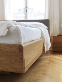 zeitlose Bettanlage | Doppelbett | knorrige Eiche und Leder | hohes Kopfteil - bei Möbel Morschett