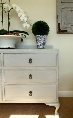 Lee Caroline - A World of Inspiration: Chalk Paint™ Makeover - French look chest of drawers