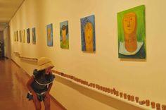 2012年9月17日月曜日 コルクのみっけソウサクコルク人 8月18日から21日まで浜田市にいきました。19日に開かれたこども美術館まつりで ワークショップを行いました。こちらは夢現代∞美術展の作品。こちらの小学生の女の子としばらくお話したり遊んでもらいました。絵のコルクを探しだすので「ソウサクコルク人」というタイトルをつけました。会場監視のスタッフのみなさんが丁寧に解説してくださっているので本当に感謝です。1ヶ月ぶりに見た作品は、まーよく描いたーなーっておもいました。どれくらいの数の人がコルク達を見たのだろうか。沖縄でも報告展のようなものをします。コルクはこれからどうなるんでしょうか。絵は描きたいです。これでなければならないということが大事。これかあれかではなくてこれ。。ってね。浜田に最終日いきます。会場にいて終わりを見届けてきます。それからはまた準備、10月はいそがしくなります。10月はsksk にこちらのコルクの絵とコルクに会いにぜひいらしてください。