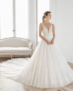Princess-style beaded lace and tulle wedding dress. Deep-plunge neckline and V-back. Tulle Wedding, Dream Wedding Dresses, Wedding Poses, Wedding Ideas, Bridal Gallery, Princess Style, Bridal Gowns, Marie, Ball Gowns