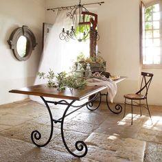 Деревянная столешница и кованые ножки - разумный выбор для кухни-столовой