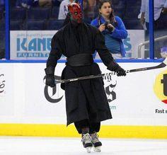 Darth Maul haciendo hockey