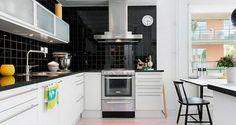 Фартук черного цвета на белой кухне