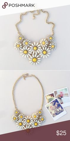 Lovely necklace! White floral necklace! Nwt retail! Really pretty! Hwl boutique Jewelry Necklaces