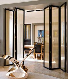 Складывающиеся полупрозрачные широкие двери в гостиную