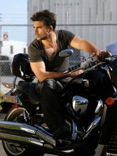 Jorge Luis Pila, on his way to pick me up. Actor Photo, Cute Guys, Tv, Gentleman, Eye Candy, Handsome, Leather Jacket, Celebs, Actors