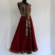 Robe longue cache coeur sans manche en coton carmin et imprimé motifs fleurs : Robe par akkacreation