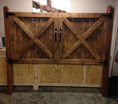 25 ideas for barn door headboard bedroom bed frames Western Headboard, Diy King Headboard, Diy Headboards, Distressed Headboard, Headboard Ideas, Faux Wood Garage Door, Diy Barn Door, Diy Door, Bedroom Door Decorations
