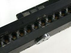 Foto Brell / foto-fina. Die Kamera verfügt über 13 Aufnahmeobjektive ohne nähere Bezeichnung; Blenden 2,8-22. Verschlusszeiten B, 1/30 - 1/300. Die Kamera ist mit Handgriff ca. 57 cm breit. Vorläufer der 3D-Photographie, für das Linsen-Prismen-Rasterverfahren.   eBay! Stereo Camera, Power Strip, Ebay, Community, 3d, Board, Shutter Speed, Lens, Lenses