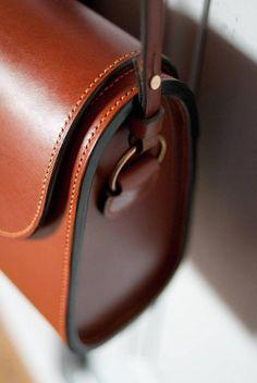sac à main trapézoïdal rigide - leather trapezoid shoulder bag - Lederworks - Tasche Cheap Handbags, Luxury Handbags, Fashion Handbags, Purses And Handbags, Fashion Bags, Cheap Purses, Popular Handbags, Blue Handbags, Handbags Online