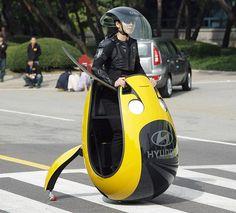 Le concept Hyundai E4U est unique en son genre : capteur gyroscopique, stabilisation par roulettes, forme d'oeuf... /// Hyundai E4U e-scooter concept is original : 2 small wheels, looks like an egg...