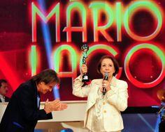 Fernanda Montenegro recebendo o trofé Mario Lago das maos de Roberto Carlos!