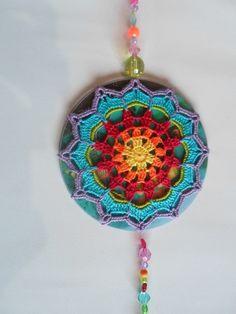 Mandala feita em croche.,com acabamento em contas e miçangas. O Cd reflete a luz…