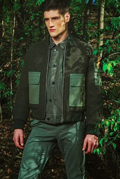 Military-inspired styles are front and center for a Men's Week fashion editorial shot by photographer Renie Saliba. Decked out in army green coats… Urban Fashion, Look Fashion, Mens Fashion, Runway Fashion, Military Looks, Military Style, Military Green, Trend Council, Green Beret