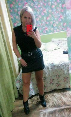 Look rocker rock black total saia e botas em couro cadeado Tiffany & co pernas saradas loiras bronzeadas corpo malhado