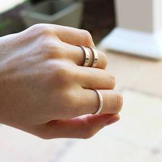 Os moderninhos anéis duplos e martelados. Feitos à mão em prata 960.  Joias artesanais que podem ser feitas também em ouro.