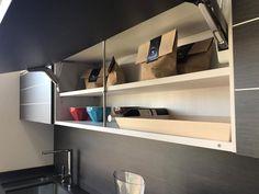 Almacenamiento en muebles altos de cocina, con sistema anti-flexion Floating Shelves, Kitchen, Home Decor, Modern Closet, Remodeling Ideas, Closets, Kitchens, Furniture, Home